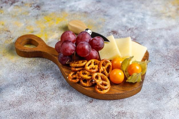 Piatto di formaggi con delizioso formaggio tilsiter e snack.