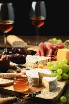 生ハム、ブドウ、蜂蜜、ナツメヤシ、クラッカー、ワインのチーズプレート