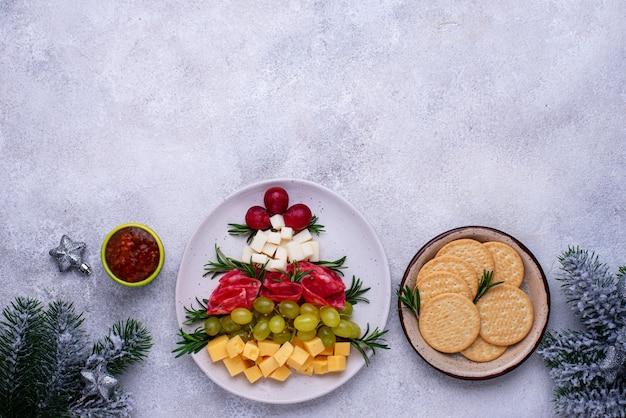Сырная тарелка с салями в виде дерева