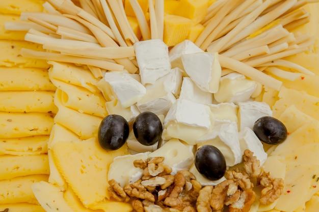 Сырная тарелка с разнообразными закусками на столе