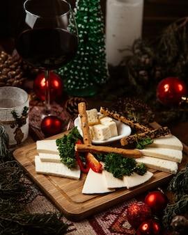 다양한 치즈와 크래커가 들어간 치즈 플레이트