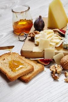 Сырная тарелка с овощами и припасами вид сверху