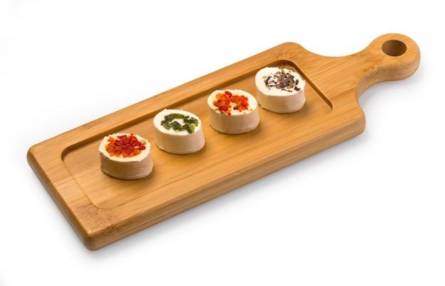 Сырное ассорти на деревянной доске в деревенском стиле