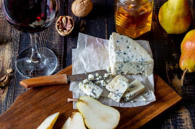 Сырное ассорти с голубым сыром и грушей. винная закуска. итальянская кухня. вегетарианская еда. здоровое питание.