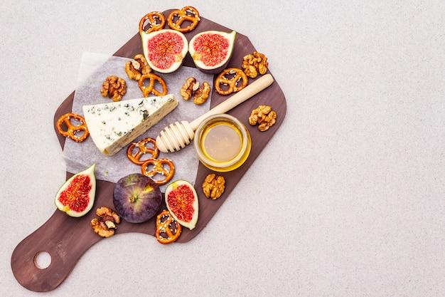 Сырное ассорти с голубым сыром, медом, грецкими орехами, инжиром и кренделями