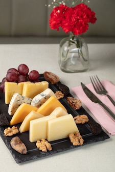 Сырное ассорти с разными сырами и орехами