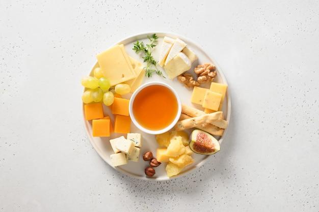 白のブドウナッツイチジクとチーズの盛り合わせ