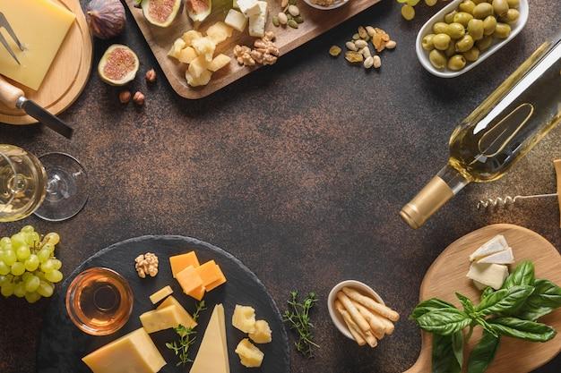茶色の背景にブドウナッツイチジクとチーズの盛り合わせ上面図コピースペース