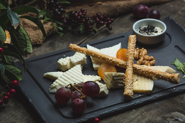 Cheese platter with sesammed galettes