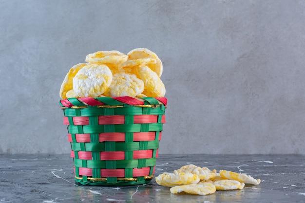 대리석 표면에 그릇에 치즈 감자 칩