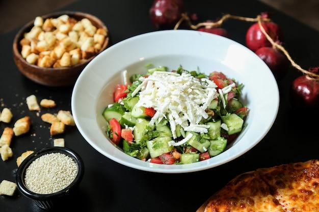 チーズサラダキュウリトマトオニオングリーンゴマクラッカー