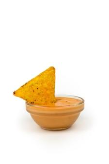 サクサクのナチョスとテキストの場所が入ったチーズソース。