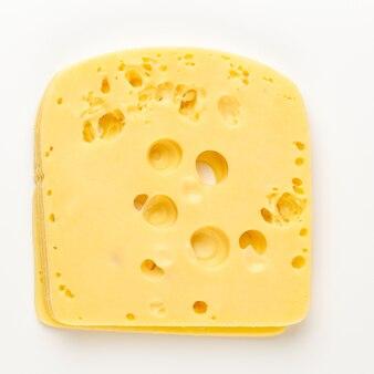 Кусочек сыра на белом фоне.