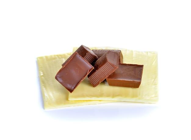 Ломтики сыра и плитка шоколада изолированные