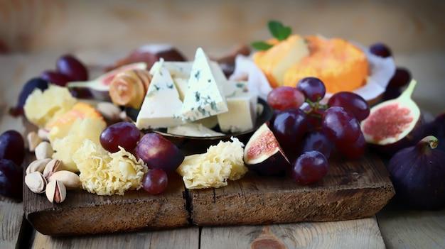 木の板にフルーツとチーズ