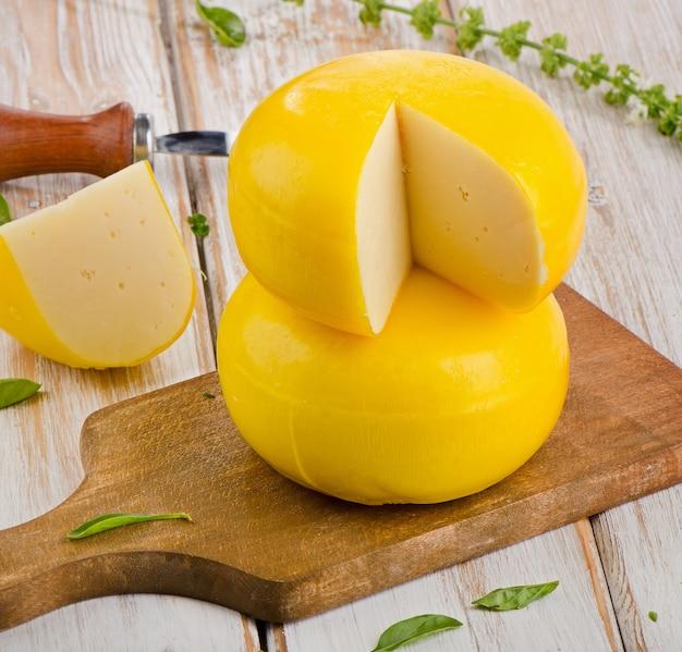 木製のテーブルにハーブとチーズ