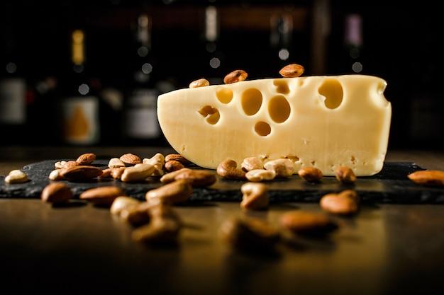 暗い背景上のナッツとチーズ