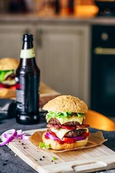 チーズバーガーとビールのボトル