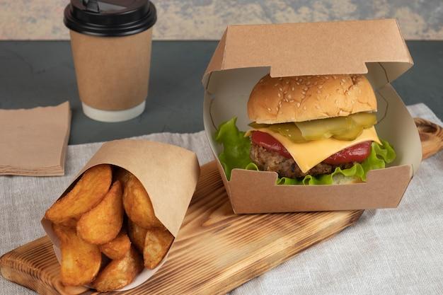 配達用の紙包装のチーズバーガー