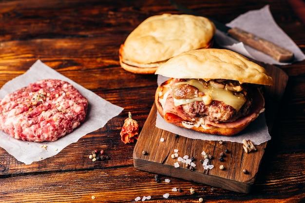 ビーフパティとまな板のチーズバーガー