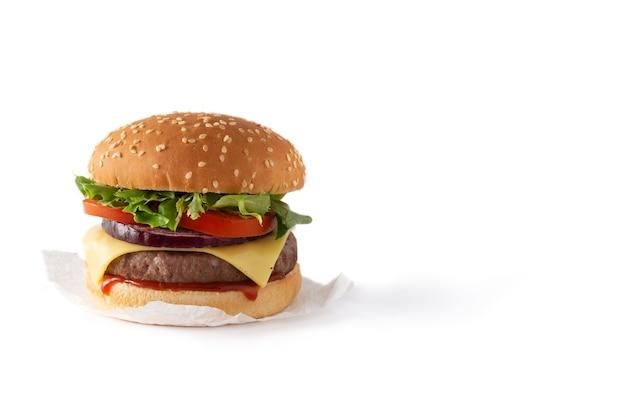 白い背景で隔離の牛肉、トマト、レタス、タマネギとチーズバーガー