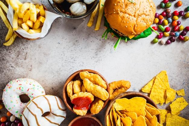 치즈 버거, 감자 튀김, 나초, 도넛, 소다 및 너겟