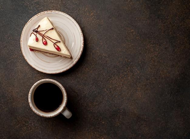 Чизкейк - торт на белой тарелке и кофе на каменном фоне с копией пространства для вашего текста