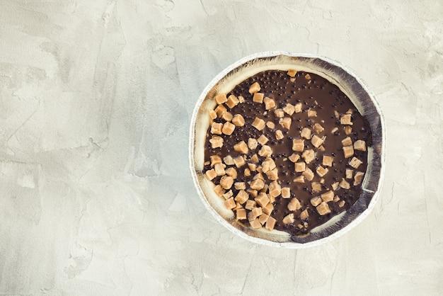 Чизкейк, украшенный солеными кусочками карамели