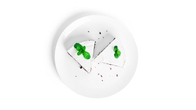 Чизкейк изолирован. чизкейк на тарелке.