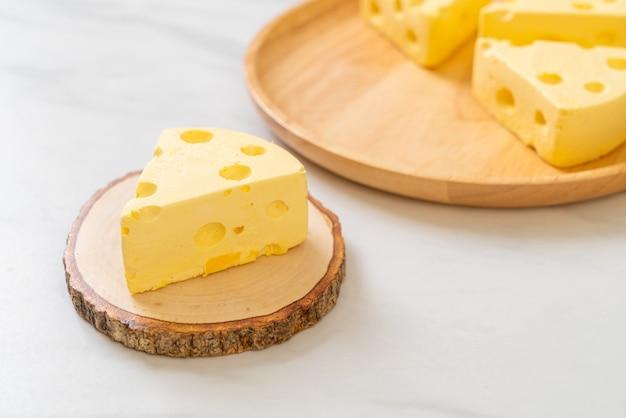 치즈 모양의 치즈 케이크 조각