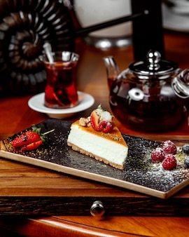 Cheesecake with berries and black tea