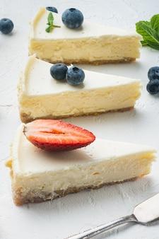 화이트에 블루베리와 딸기를 곁들인 치즈케이크