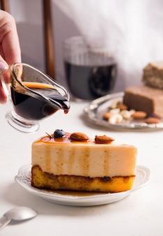 카라멜과 견과류가 들어간 치즈케이크. 공간을 복사합니다. 세로 사진