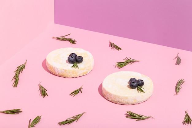 핑크색 고품질 사진에 초콜릿 블루베리 로즈마리 잎이 있는 치즈 케이크