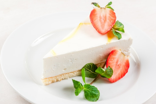 Cheesecake with mint and strawberries