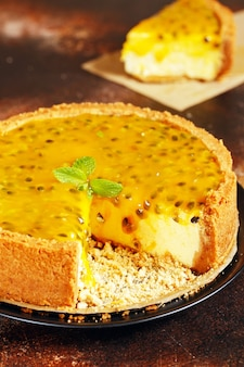 ミントの葉で飾られたパッションフルーツのチーズケーキ