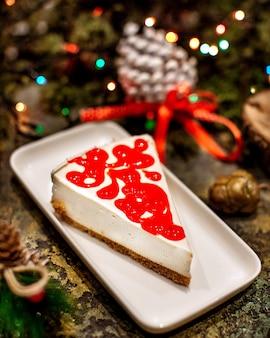 上に赤いジャムのチーズケーキ
