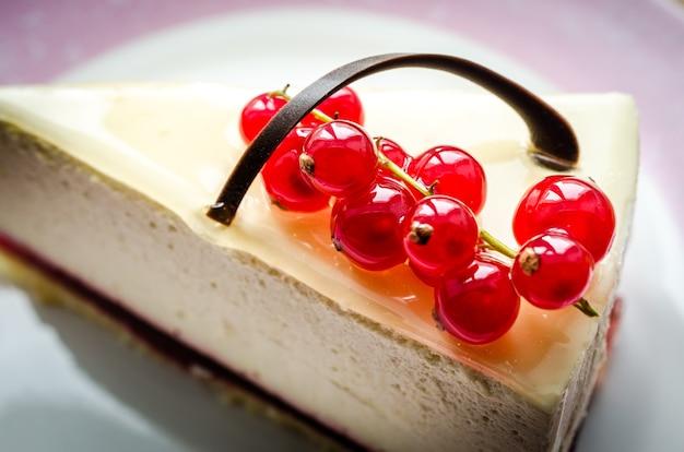 赤スグリのクローズアップとチーズケーキ