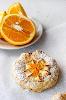 Сырники с творогом, посыпанные апельсиновой стружкой
