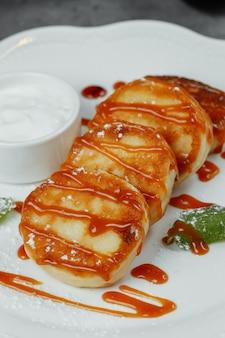 Сырники с мятой и сметаной. вкусный десерт.