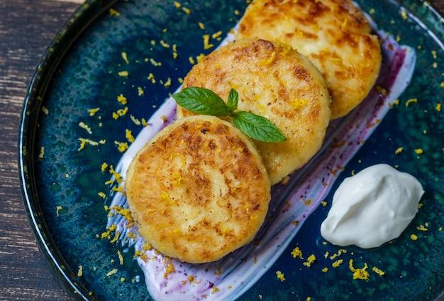 Сырники с мятой и сметаной