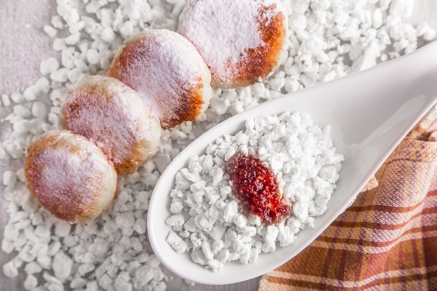 Cheesecakes with powdered sugar, cottage cheese and jam