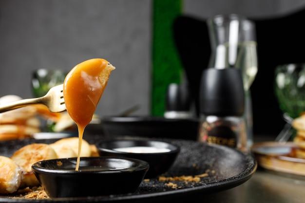 Сырники со сметаной и соленой карамелью