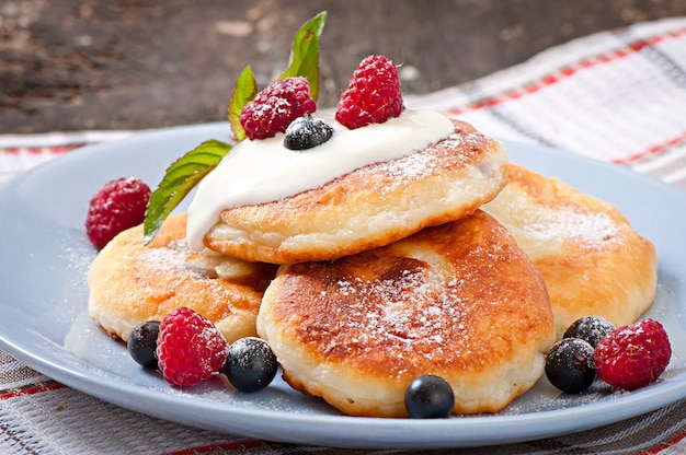 Cheesecakes with sour cream decorated with berries
