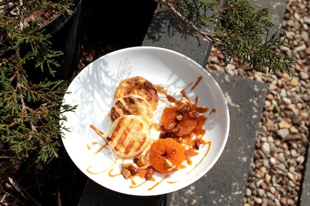 Сырники с мандаринами и карамелью.