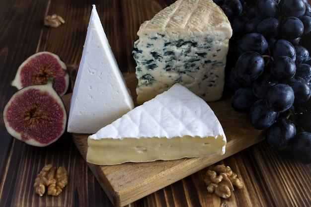 チーズ、ブドウ、イチジク、茶色の木