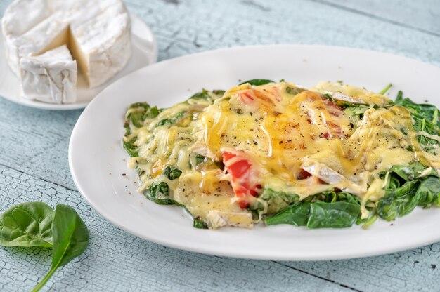 Сырные запеченные яйца со шпинатом и помидорами