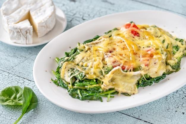 시금치와 토마토를 곁들인 치즈 구운 계란
