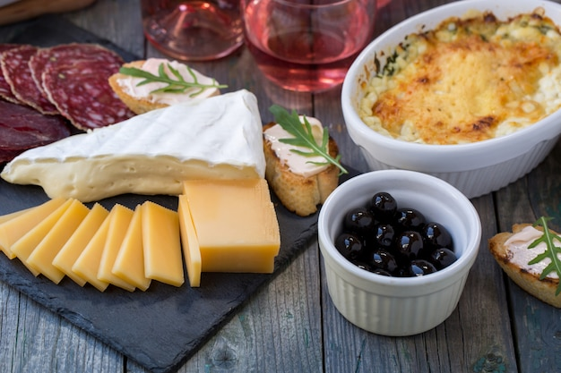 Сырная колбаса натюрморт