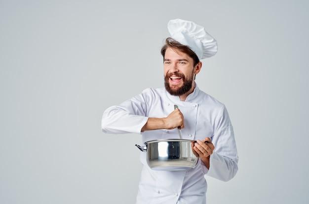 Шеф-повар готовит еду в кастрюле на кухне, готовит работу